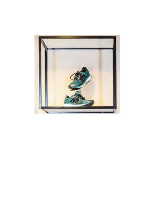 Wand-Display hängend mit 2 Fachböden